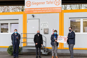 From left to right: Martin Tigges (Siegener Tafel), Marc Rieser (Managing Director, VETTER Krantechnik GmbH), Roswitha Junak-Mößner (1. Chairman of Siegener Tafel) und Oliver Weirich (Head of Human Resources and Finance, VETTER Holding AG)
